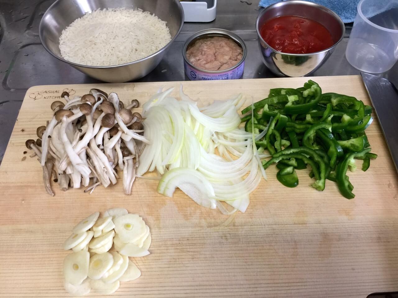 1.野菜を適当に切る。薄切り。キノコは小分けにする。ニンニクはスライス。コメは研がない(これ大事!)
