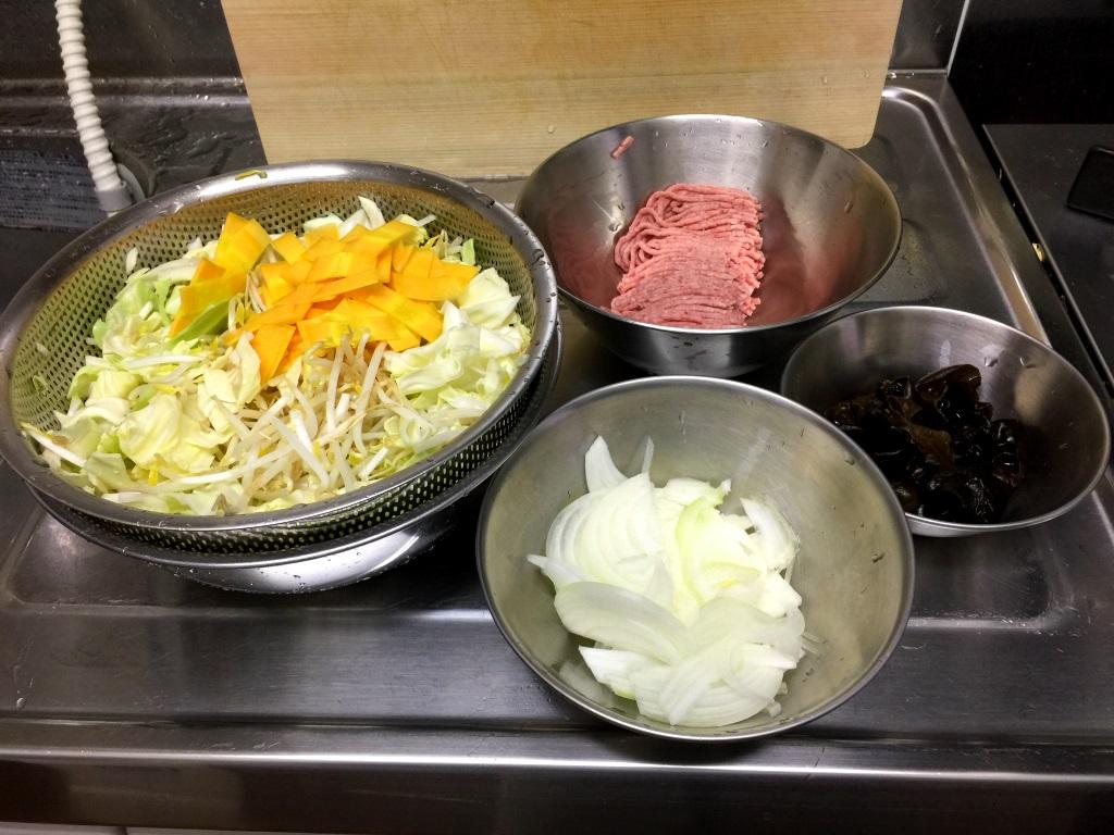 1.キャベツはザク切り。人参は薄くスライス。玉ねぎも薄めにスライス。もやしは洗う。きくらげは水で戻して一口サイズに切る。麺をゆでるお湯を沸かしておく。