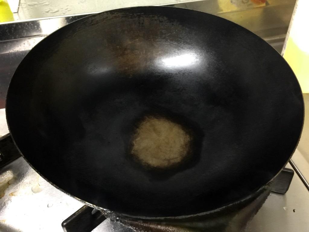 2.中華鍋を強火にかけて煙が出るまで熱する。