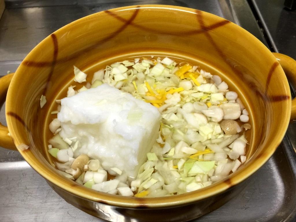 2.耐熱皿におかゆと野菜を入れひたひたの水を入れて電子レンジ500Wで5分加熱。