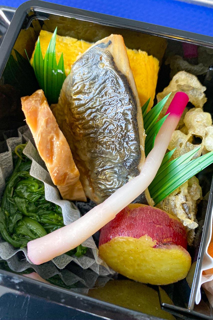 厚焼き玉子、春菊お浸し、鯖塩焼き、はじかみ、舞茸天ぷら、鶏八幡巻き、さつま芋甘煮。