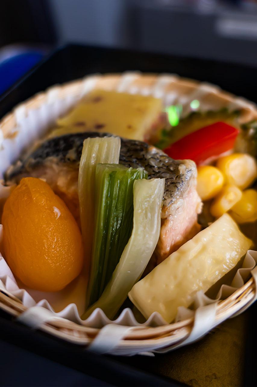 ANAプレミアム御膳 ランチ 機内食 セロリ漬け あんず蜜煮 鮭西京焼き 横