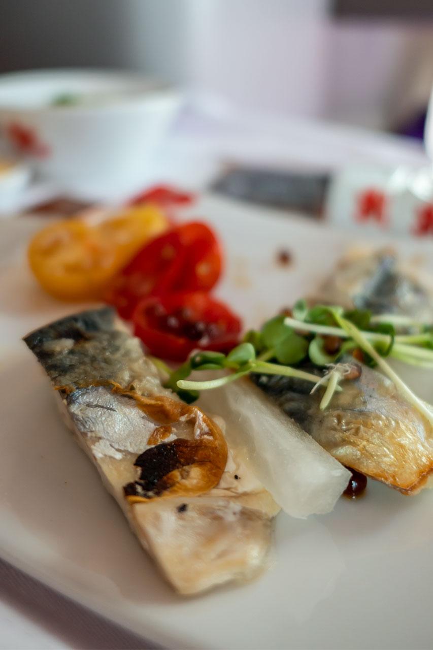 鯖塩焼きと和風トマトサラダ