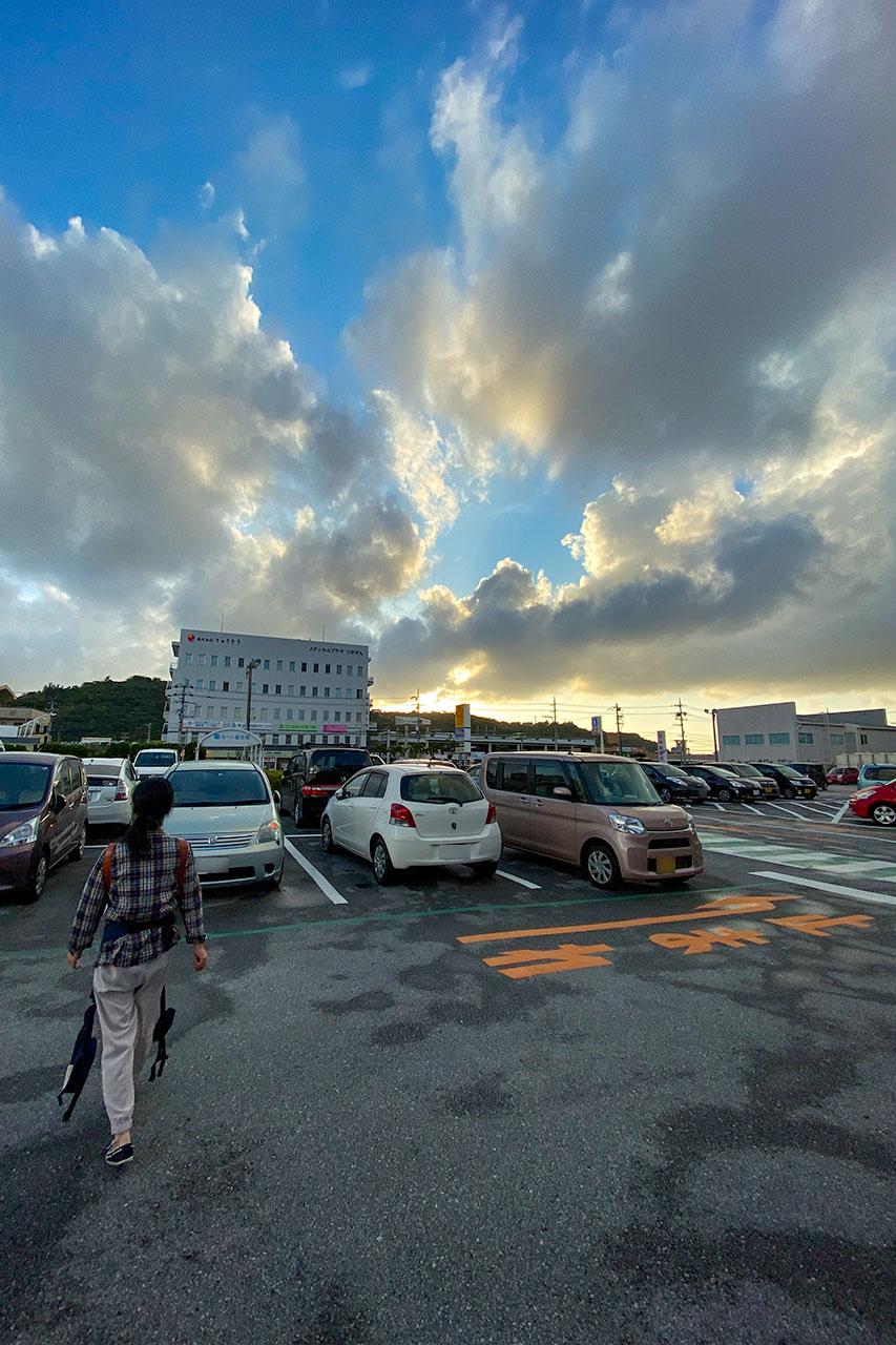 夕焼け空と駐車場