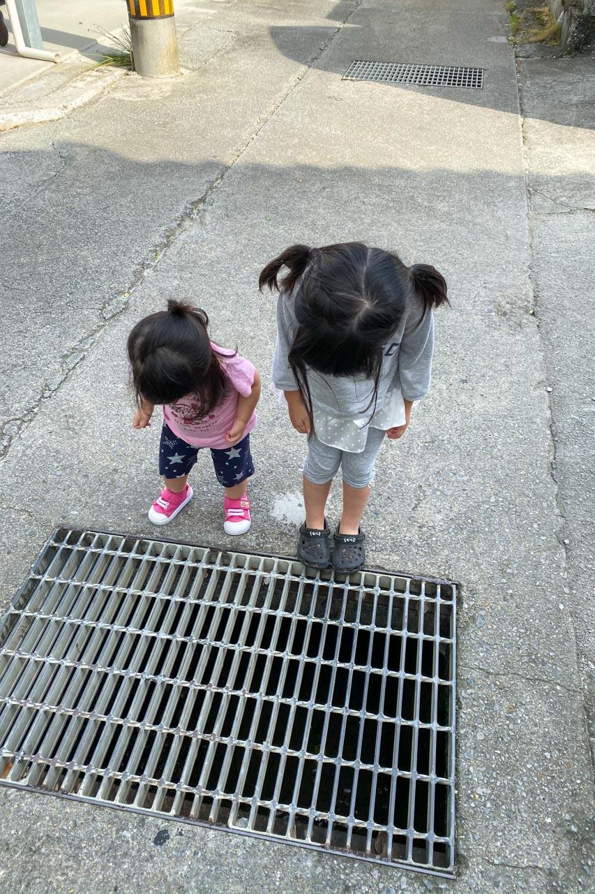 暗渠を監視する二人