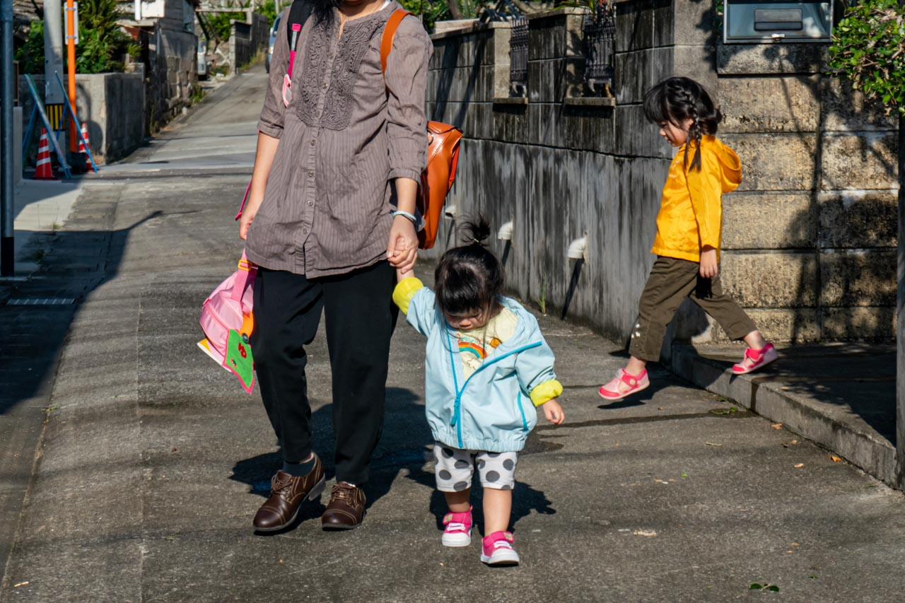 ママの手を引いて歩くゆうたま