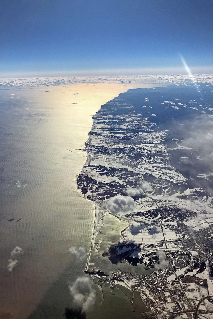 機内から見た、雪の三陸海岸