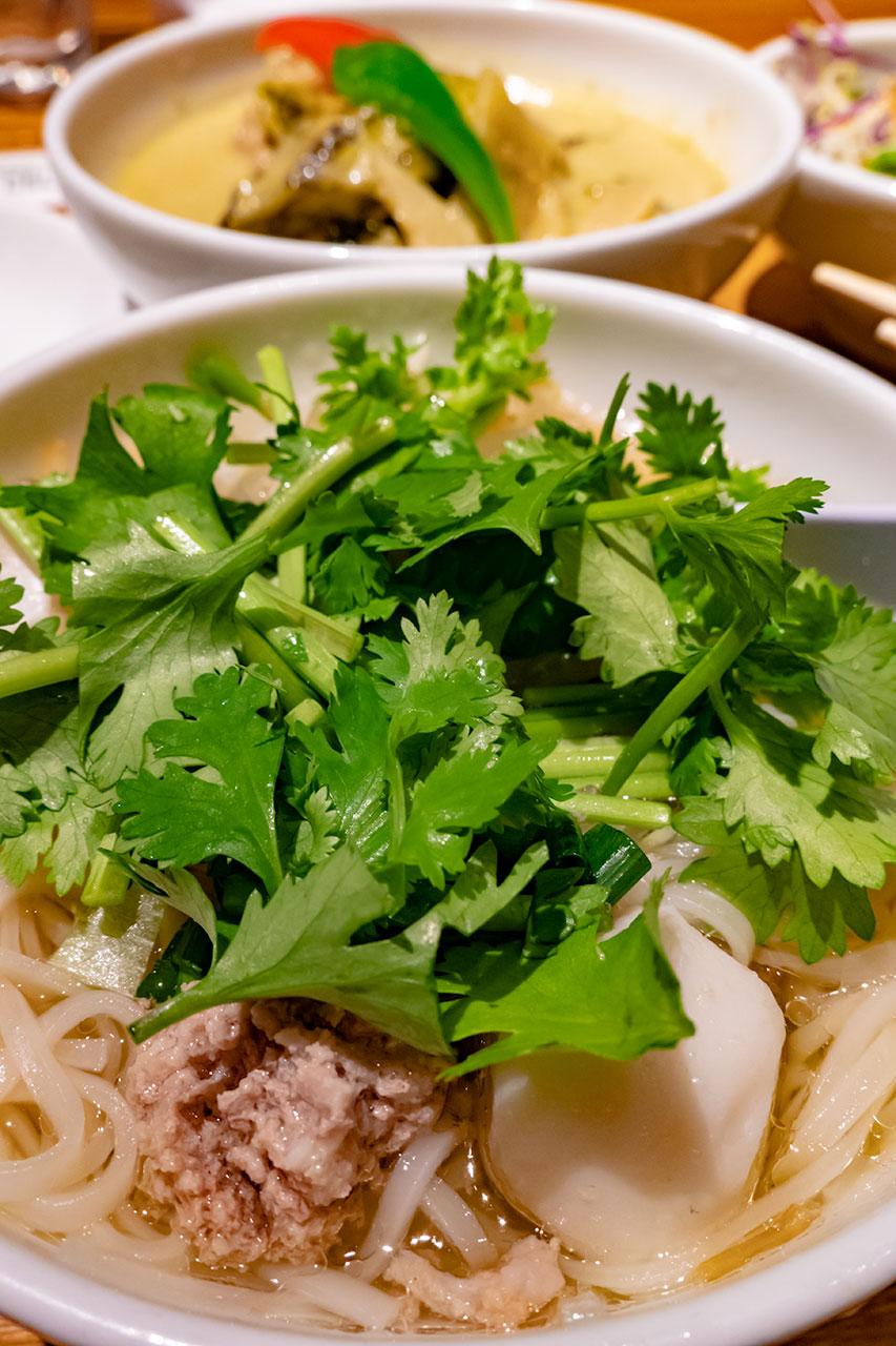 タイ料理 サイアム セラドン東京 タイ醤油ラーメン パクチーのせ