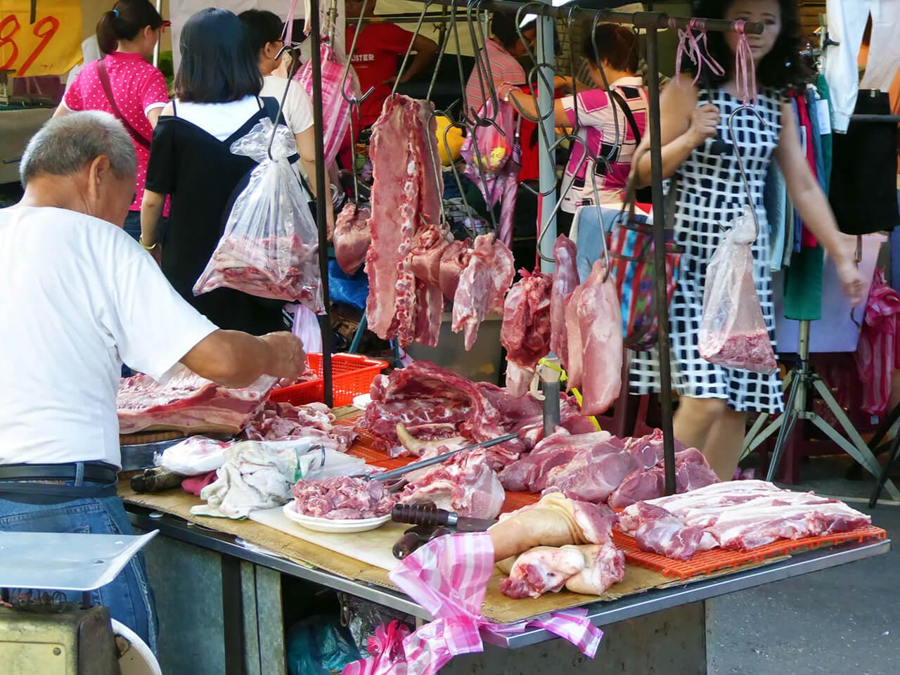 朝市の肉屋